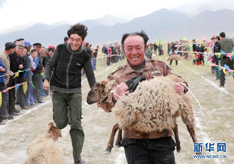 哈密/9月10日,新疆哈密市伊吾县盐池乡的牧民参加抱羊跑比赛。