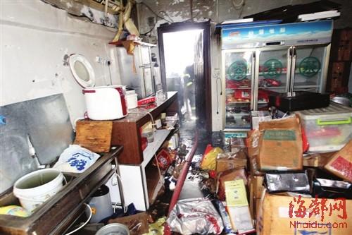 福州/狭小的仓库内,堆满名烟酒,一旁还放着厨房用具,过道仅容一人...