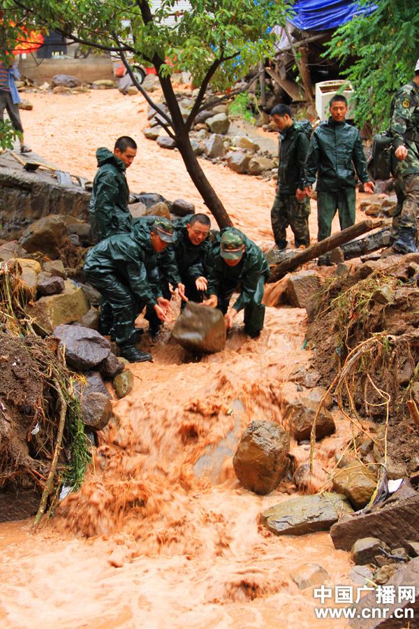 救援队与水争路
