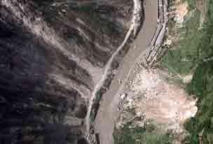 国家测绘地理信息局向本报提供的洛泽河航拍震后受灾图,从图中可以看到山体滑坡严重