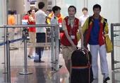 图文:2012伦敦残奥会 中国代表团成员走出机场