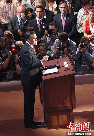 当地时间8月30日晚,罗姆尼在佛罗里达坦帕举行的共和党全国代表大会上发表演讲,宣布接受共和党的总统候选人提名,向谋求连任的总统奥巴马发起正式挑战。中新社发 李洋 摄