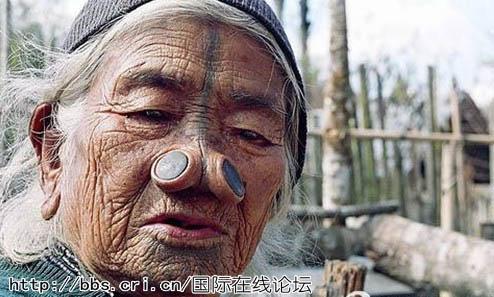 印度部落女性为变丑将大木塞塞入鼻子(1)_视觉大观_光明网(组图)