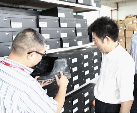 空间 许松茂/图2:许松茂向聂林海介绍朗蒂维铆钉靴,在欧美流行多年后,今年...