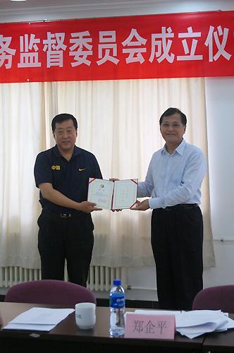 图为高小军向医务监督委员会成员颁发聘书(图片提供/中国武术协会)