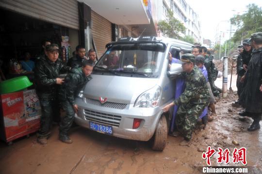 图为武警官兵紧急装运沙袋。邹清明摄