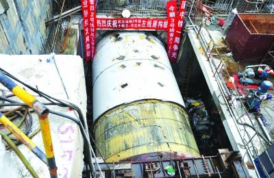 """在地铁3号线王家墩东站,巨型""""地老虎""""开始从洞口进发。记者詹松 实习生贾力 摄"""