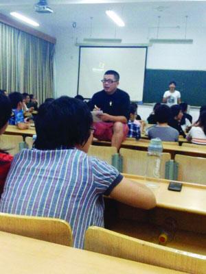 """浙江农林大学评选""""好班长""""现场,导师坐在桌上考核学员"""