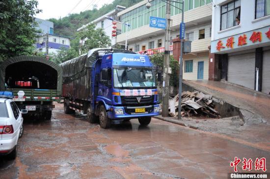 9月11日,云南彝良地震灾区遭遇暴雨泥石流袭击,灾害叠加。各方支援灾区的救援物资在持续不断抵达。中新社发 刘冉阳 摄