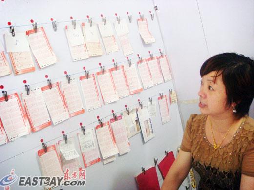店内墙上一直挂着近20张代购彩票信息。这些都是彩票点的老客户。