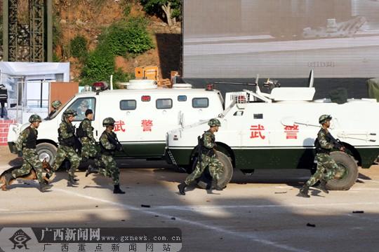 广西/武警战士借助绳索从空中突入。