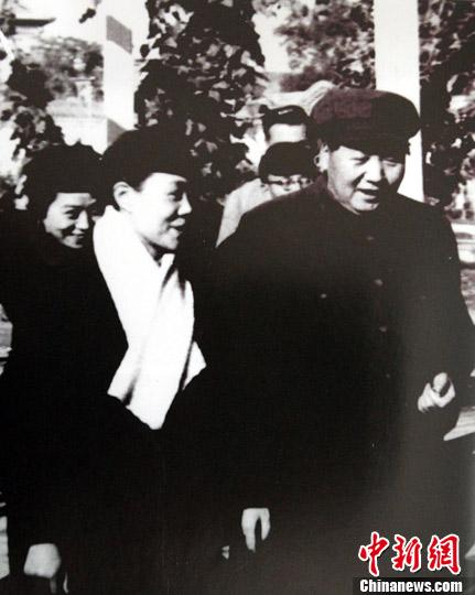 图为1951年,范瑞娟参加全国政协会议时,毛主席与她亲切交谈。(资料片)中新社 潘索菲