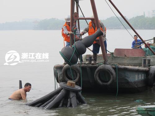 集贤亭的顶部在起吊时受力不均发生脱落