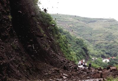 昨日,彝良县城通往海子乡的公路水巴岩地段出现塌方,公路被阻断,导致通往重灾区的道路堵塞。新京报记者 郭铁流 摄