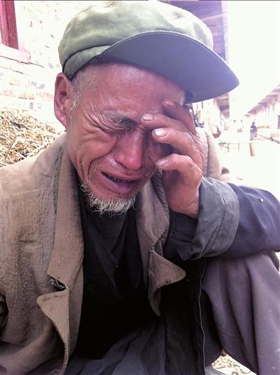 悲痛欲绝的绍梅爷爷。本版摄影本报记者王奕