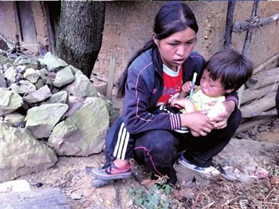 """7岁卢绍梅的读书梦,始于匆匆一瞥。那天妈妈带着她打云落寨经过,她看到了一群背着花花绿绿书包的孩子们,她握着母亲的手紧了紧,说:""""我也想背书包,我也想上学。"""""""