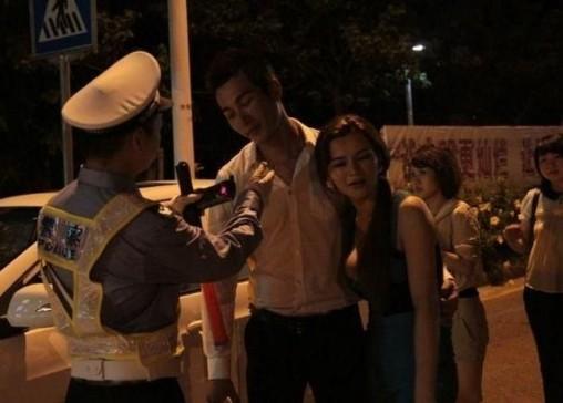 G杯嫩模深夜酒后车震 胸袭交警被放行引争议
