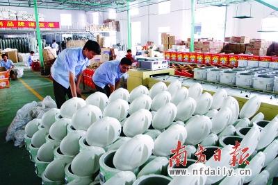 廉江已成为全国电饭锅生产企业最多、规模最大、知名品牌最多的县级市。戚照 摄
