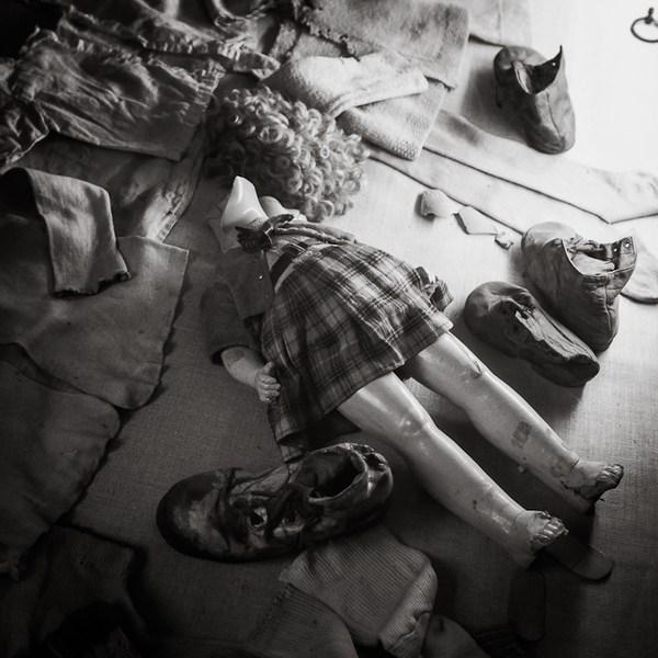 在参观奥斯威辛集中营时,波兰摄影师托马斯·斯特凡科拍摄了一组
