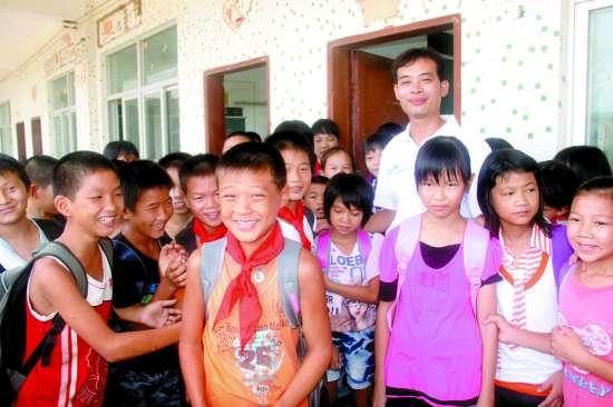 陈文川 水滴/陈文川老师把慈母般的爱心献给学生们。本报记者杜一方摄