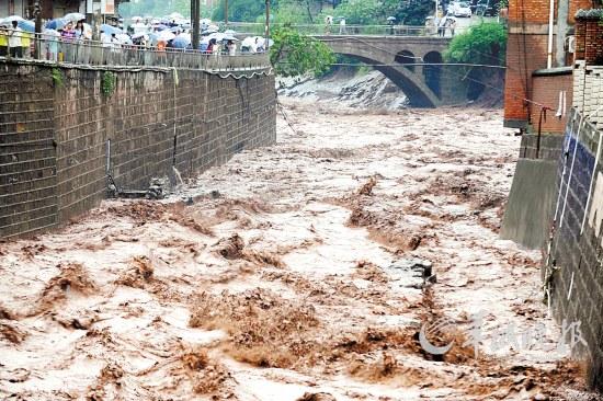 至11日7时,云南彝良地震灾区普降暴雨、局部大暴雨,灾区遭遇叠加图片