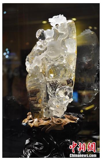 图为标价28万元人民币的水晶玛瑙饰品