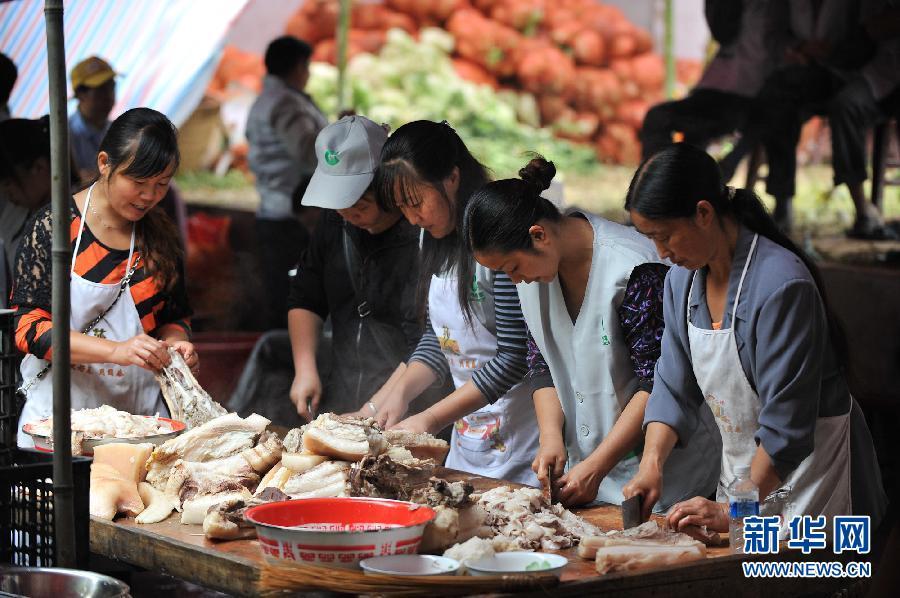 9月12日,在洛泽河镇南方电网发电站生活区安置点,由当地妇女组成的炊事小队在给大家准备午餐。