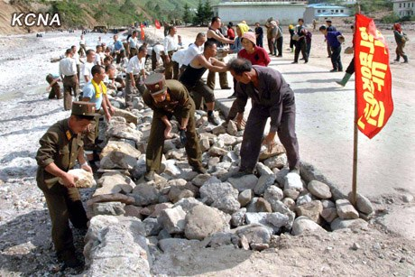 朝鲜各单位逐项负责开通被泥石流和洪水严重毁坏的路段。