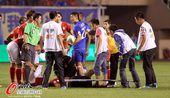 图文:[中超]阿尔滨0-0恒大 球员受伤担架入场