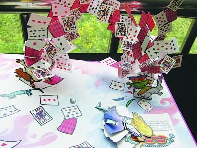 《爱丽丝漫游记》中精妙复杂的扑克牌,可惜爱丽丝小人被扯了下来.图片