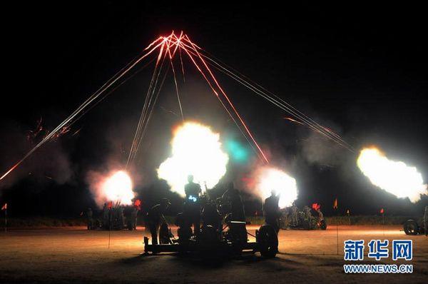 炮兵夜间射击时的情景。郭敏杰摄