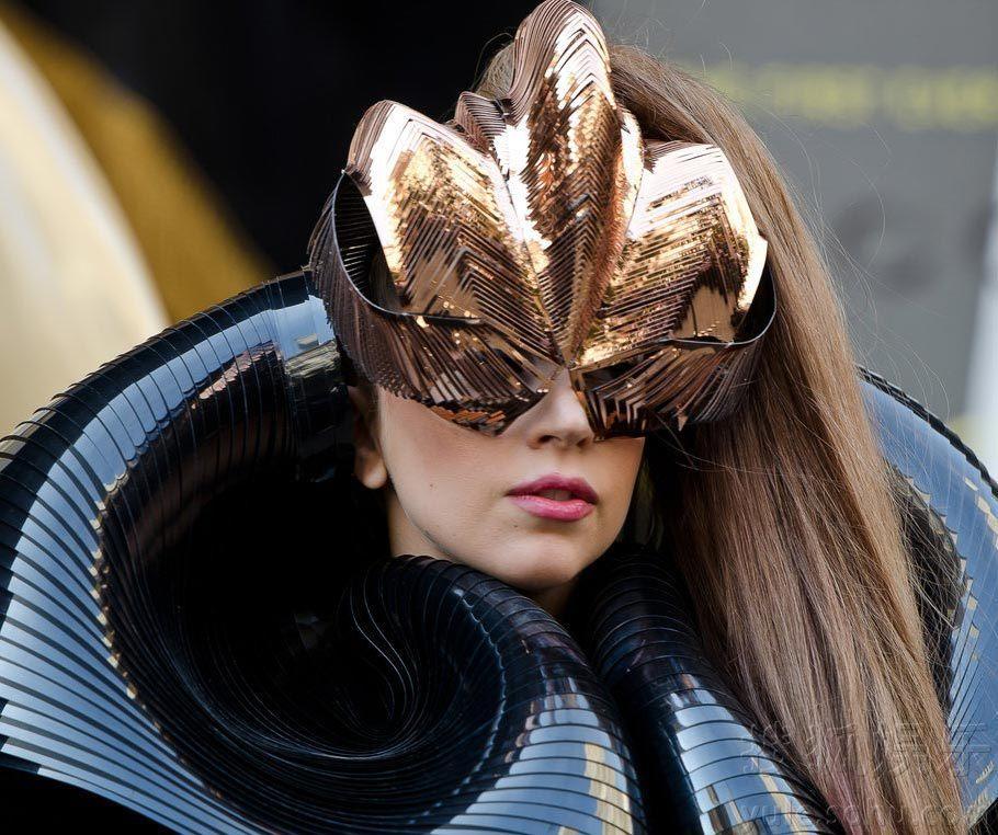 """雷人/Lady Gaga波纹铠甲装雷人戴面罩踩""""高跷""""崴脚险摔倒"""