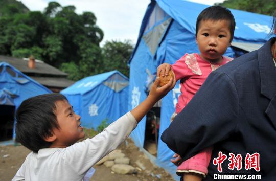 图为云南省大关县天星镇双河村老街安置点领到月饼的孩子 任东 摄