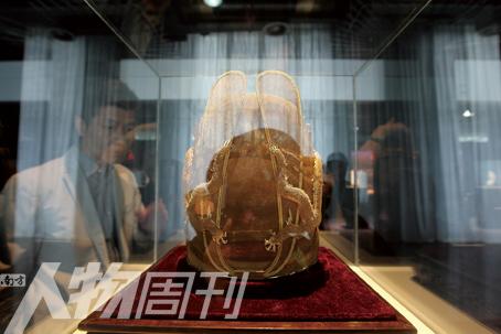 一名男士在奢侈品博览会上选购名贵古玩