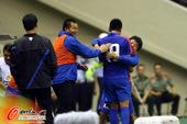 图文:[中超]申花3-0辽足 郑凯木同教练拥抱