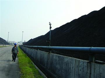 到昨天为止,华电青岛发电公司煤场储煤已经有40万吨,比去年多了10万吨