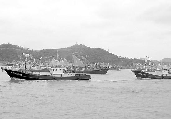 """浙江石浦港16日举行""""开渔节"""",一艘艘渔船驶向东海。 刘畅摄"""