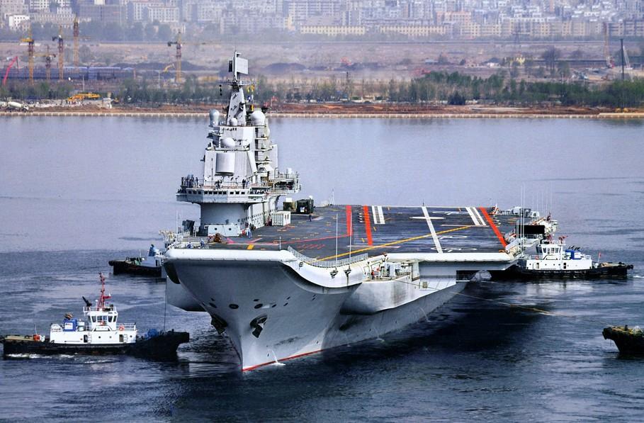 正在刷涂甲板舷号的中国航母试验平台(图片来源:飞扬军事论坛官方微博)