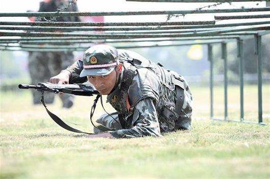 湖北/楚天都市报讯图为:九中队官兵在进行严格的训练