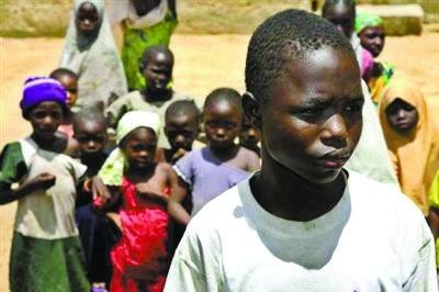 人体 杜姆在/印度女孩萨丽塔·库杜姆在她13岁那年便离开了人世。