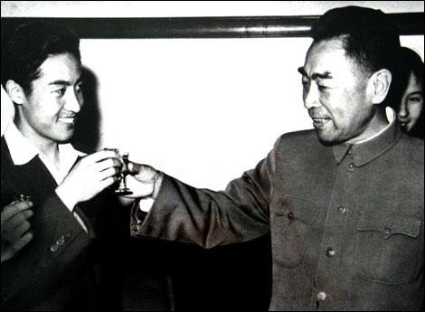 图文:中美乒乓外交之父庄则栋 与周恩来碰杯