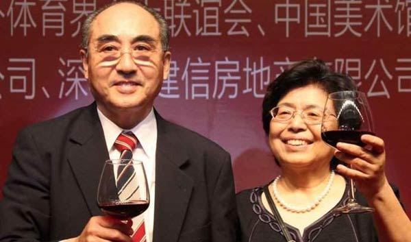 图文:庄则栋与日本妻子恩爱 共举酒杯