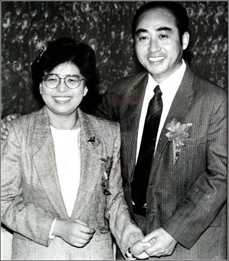 图文:庄则栋与日本妻子恩爱 年轻夫妻
