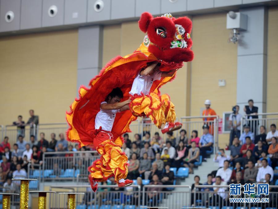 苏影/9月17日,四川队在舞龙舞狮比赛南狮(规定)项目的比赛中。