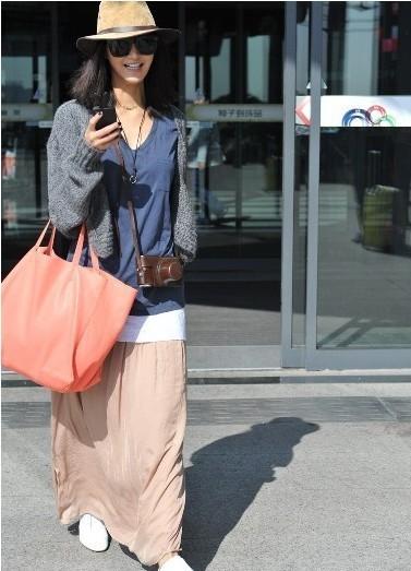 长裙,休闲鞋的搭配潮感十足