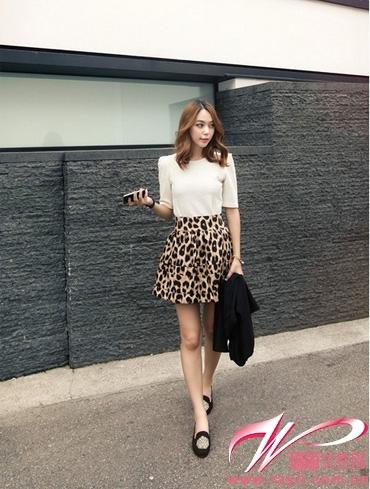 豹纹短裙如何搭配_在下身豹纹的包臀短裙下相映
