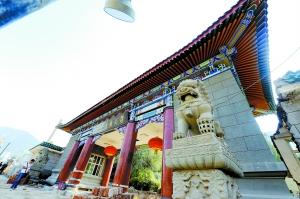 裴强/西北民族大学校门门楼将向后平移10米。本报首席记者裴强摄