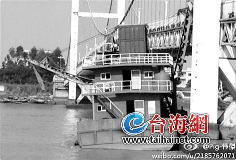 采沙船撞桥一幕微博图片