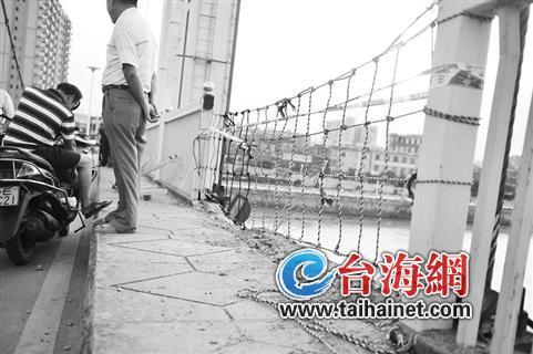 桥护栏硬生生被撞断了
