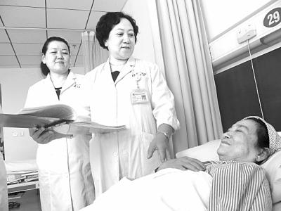 丁岩/图为丁岩正在病房里与病人交谈。本报记者王瑟摄